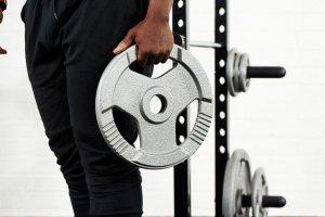 Ejercicios con discos de pesas para entrenar todo tu cuerpo